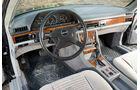 Armaturenbrett und Sportlenkrad im Mercedes-Benz 500 SEC-AMG, Baujahr 1982