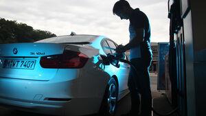 BMW 320d Efficient Dynamics Edition, Tankstelle, Heckansicht
