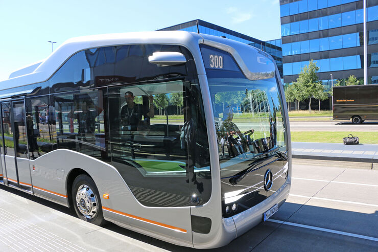 Mercedes benz future bus autonom auf der berholspur for Mercedes benz long beach service department