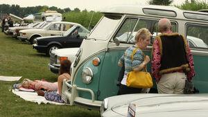 Mode und Autos bei den Classic Days Schloss Dyck
