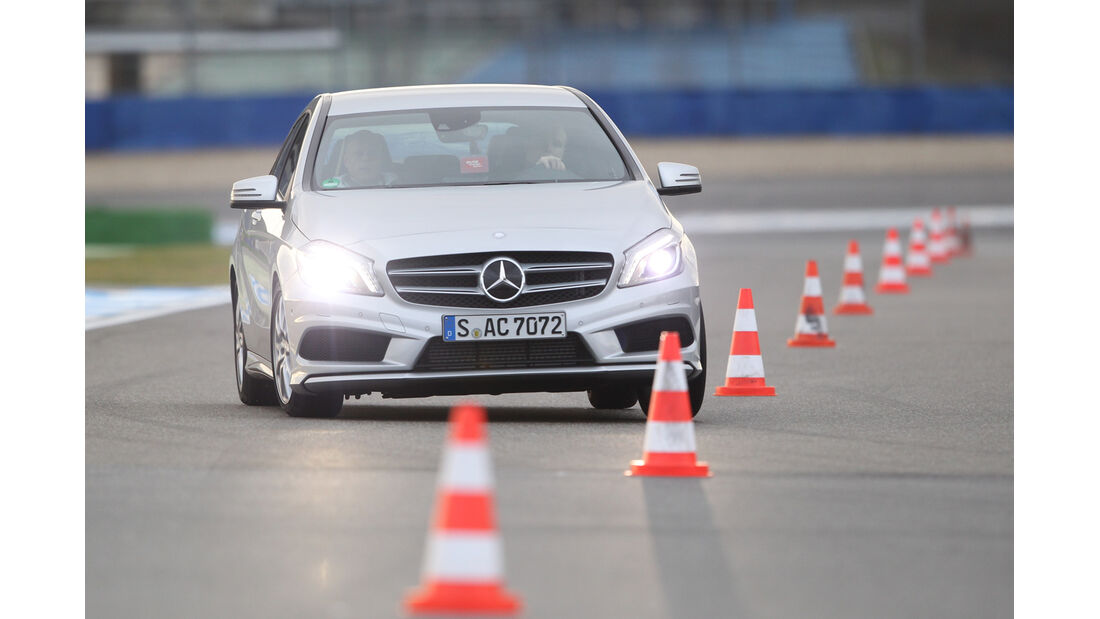Mercedes A 200 AMG Sport, Frontansicht, Slalom