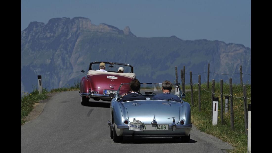 Silvretta Classic 2010 - Tag 1 Impressionen - Austin_healey und Mercedes Cabrio vor Bergpanorama