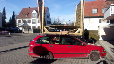01/2020, Volvo V40 mit Carport auf dem Dach