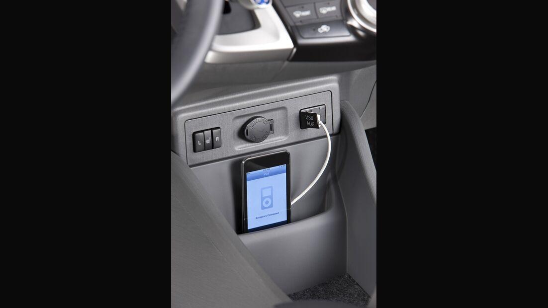 0111, Toyota Prius V, Cockpit, ipod