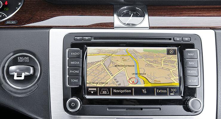 0111, ams 02/2011, VW Passat 1.8 TSI Limousine, Bildschirm, Navigation
