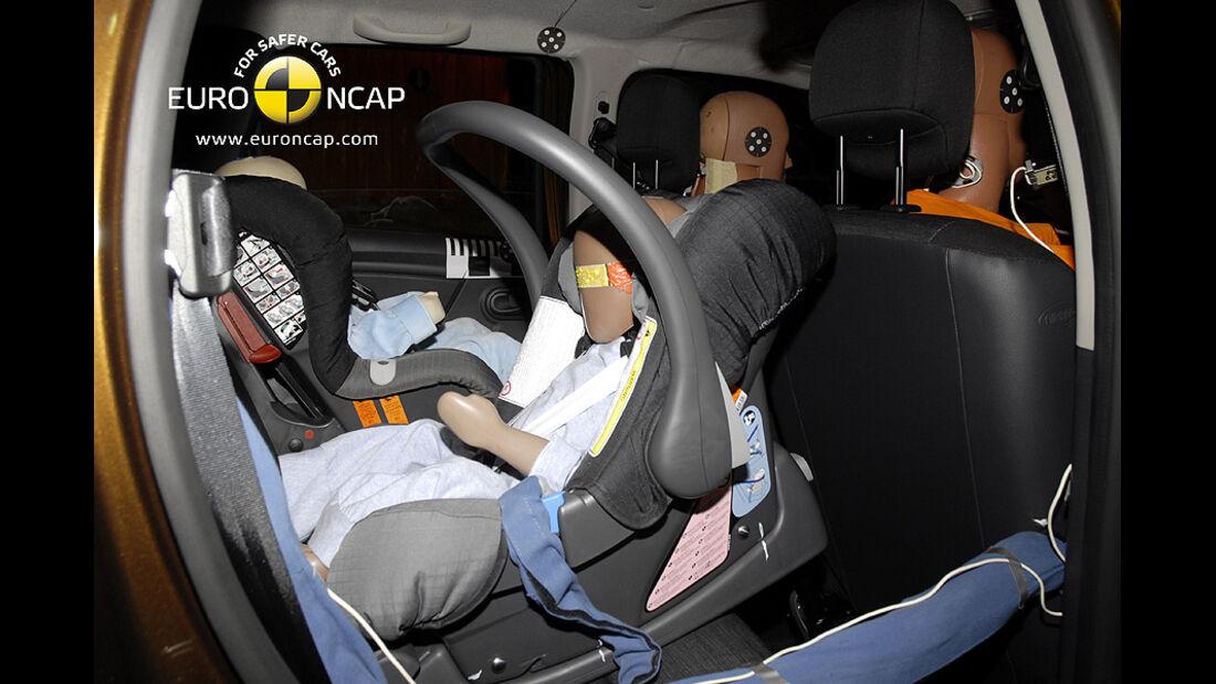 02/2011, EuroNCAP, Crashtest, Dacia Duster, Kindersitzcrashtest