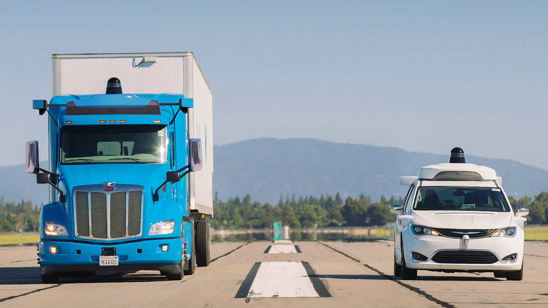 09/2019, Waymo Peterbilt Semi-Truck und Chrysler Pacifica