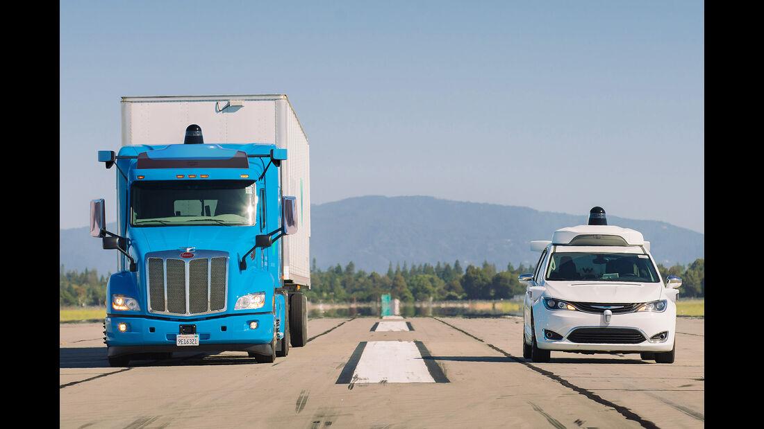 09/2019, Waymo Peterbilt Semi-Truck und Chrysler Pacifica