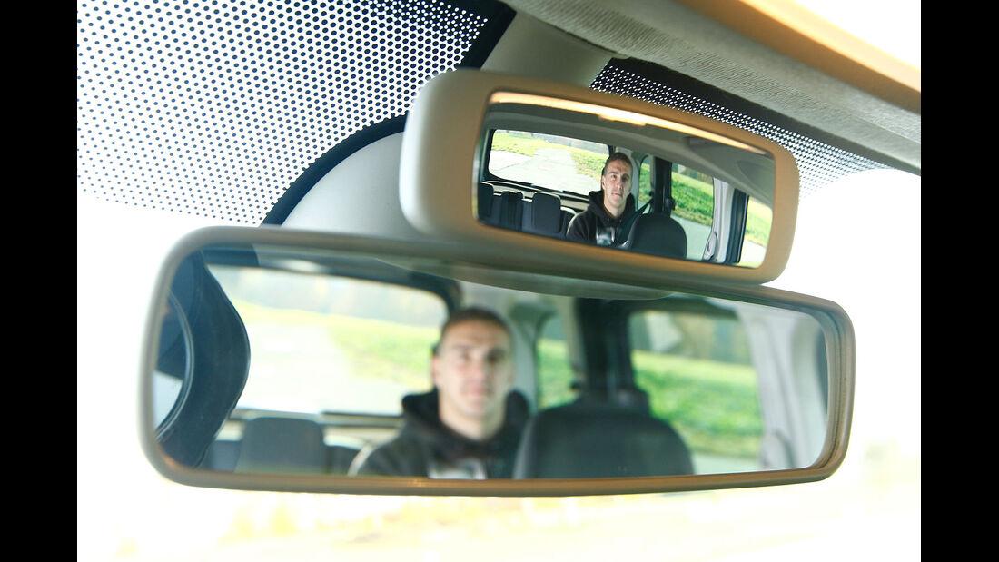 12/2012 ams27/2012, Vergleichstest Mercedes Citan 109 CDI Innenspiegel, doppelt