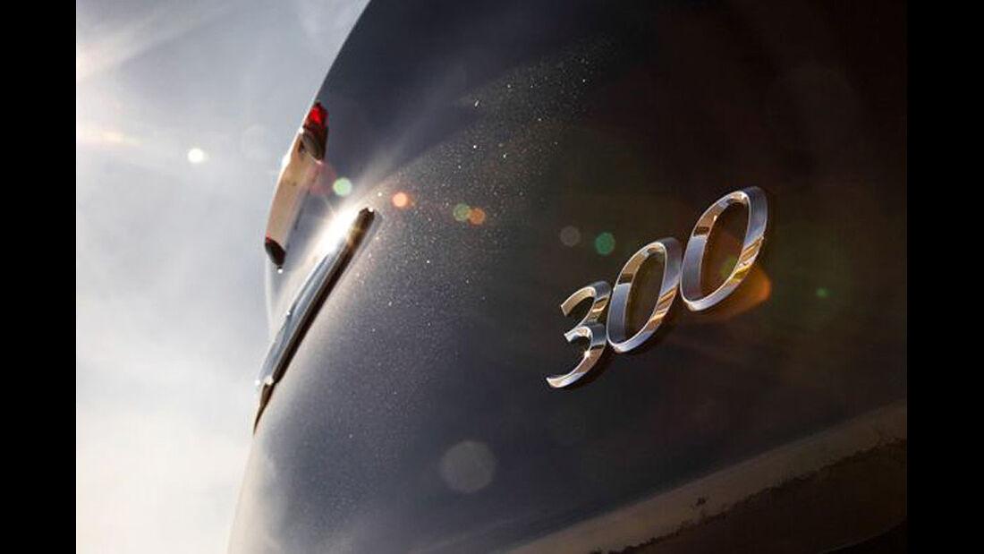1210, Chrysler 300C, Logo, Schriftzug