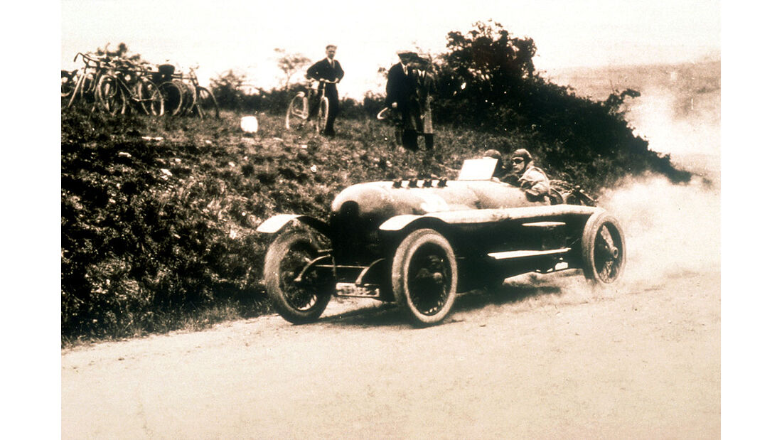 1914_Carl Jörns belegt mit seinem 12,3 Liter 260 PS Rennwagen von 1914 beim Schauinsland Bergrennen im August 1925 den ersten Platz in der Klasse für Rennwagen über 5000ccm.jpg