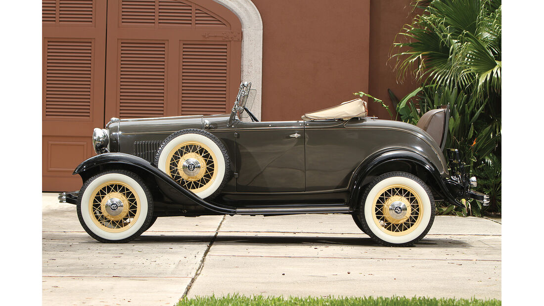 1932 Ford V-8 DeLuxe Roadster