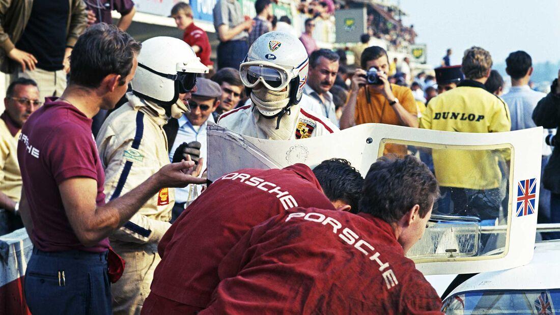 24h Le Mans 1969 Nr. 12 Richard Attwood  Porsche 917 LH Coupé links im T-Shirt