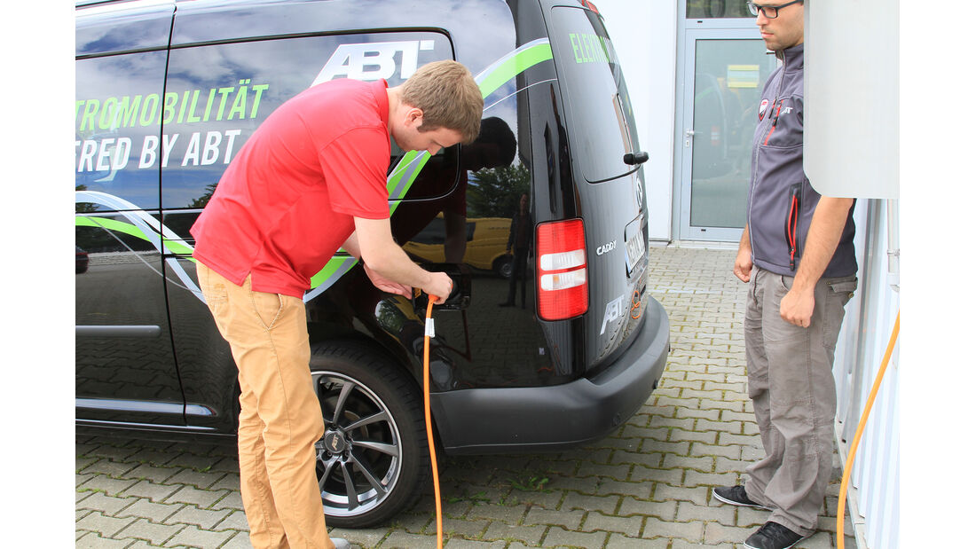 Abt eCaddy - Elektro-Caddy - VW - Elektromobilität - Elektrofahrzeug - Elektroauto - E-Mobilität - Deutsche Post - Ladevorgang