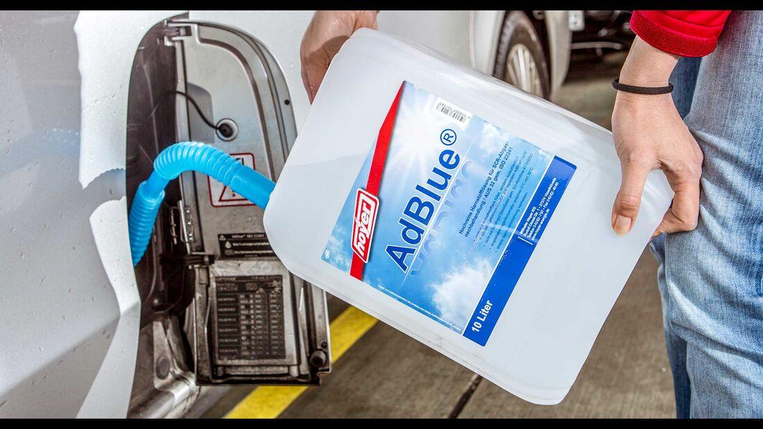 Adblue mit einem Kanister nachfüllen Einfüllstutzen hinter der Tankklappe