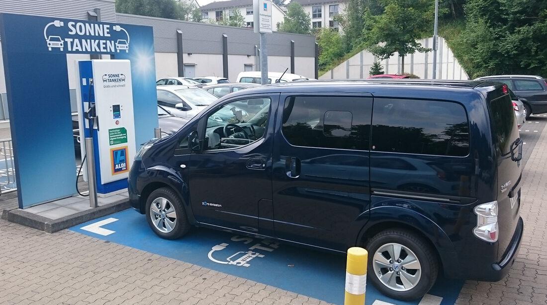 Aldi Süd Elektroauto Tankstelle Nissan NV200e