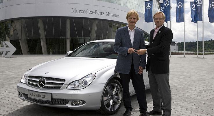 """Alexander Grzegorzewski, stellvertretender Geschäftsbereichsleiter Automobil der Motor Presse Stuttgart, übergibt Peter Schellberg, dem Gewinner der Motor-Klassik-Leserwahl """"Klassiker der Zukunft"""" die Fahrzeugschlüssel zu seinem neuen Mercedes-Benz CLS 350 CGI."""