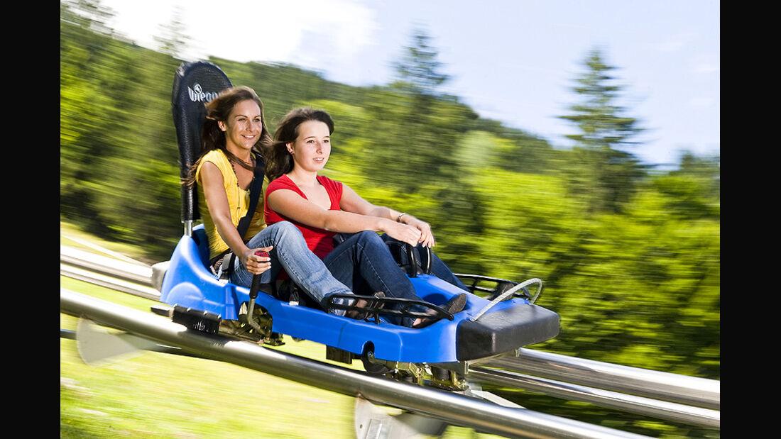 Alpine Coaster - Zwei Mädchen auf Sommerrodelbahn