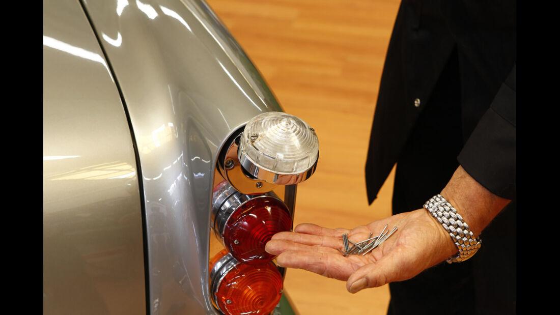 """Aston Martin DB5 """"007"""", Heckleuchten schießen Nägel"""