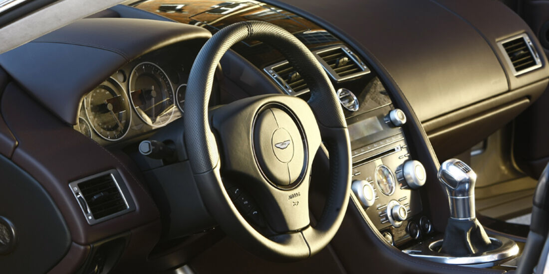 Aston Martin DBS Volante, Cockpit