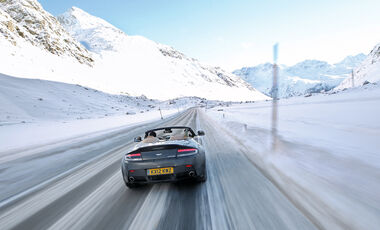 Aston Martin V12 Vantage Roadster, Heckansicht, Pferdekutsche