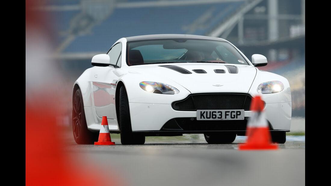 Aston Martin V12 Vantage S, Frontansicht, Slalom