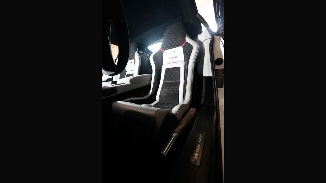 Aston Martin V8 Vantage N430, Fahrersitz