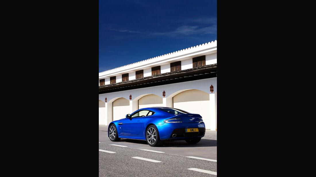Aston Martin V8 Vantage S, Seitenansicht, schräg hinten