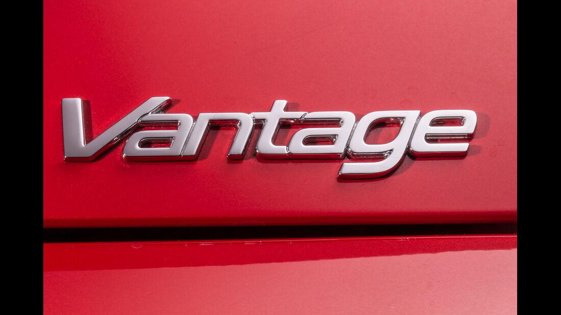 Aston Martin V8 Vantage, Schriftzug, Typenbezeichnung