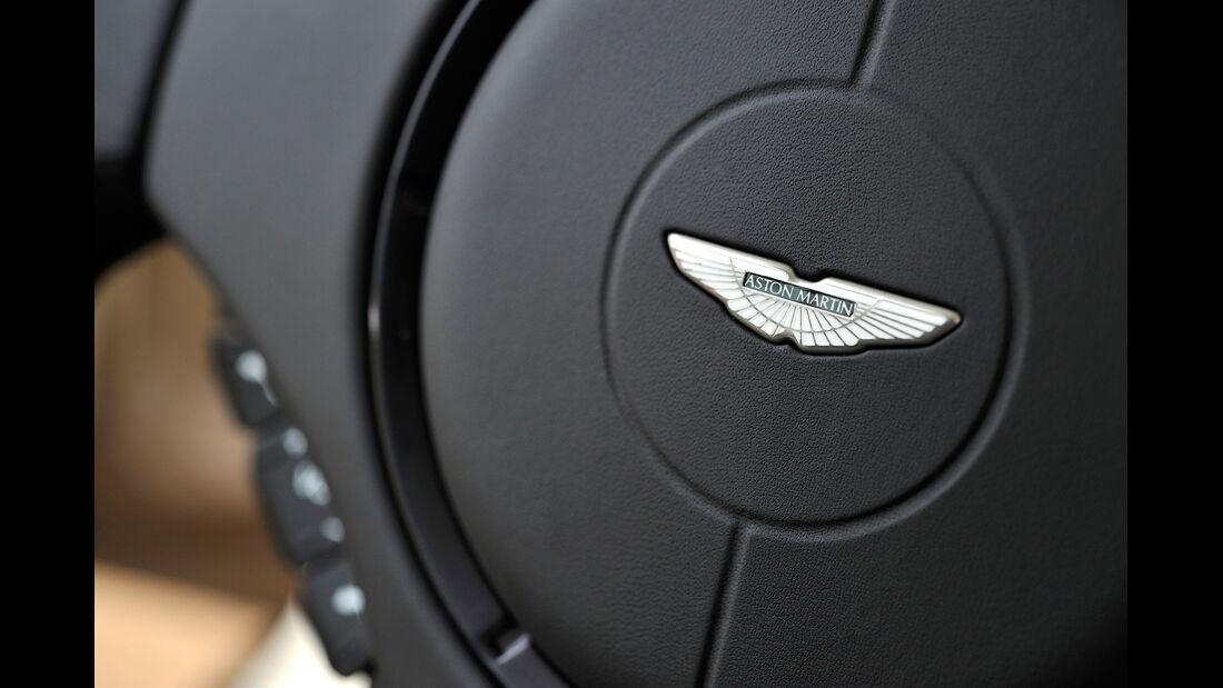 Aston Martin Vanquish, Lenkrad, Emblem