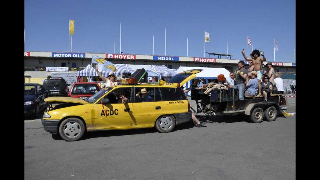 Astra F Caravan mit Party-Anhänger