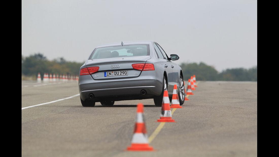Audi A8 4.2 FSI Quattro, Rückansicht, Slalom