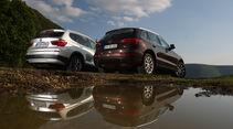 Audi Q5 3.0 TDI Quattro, BMW X3 x-Drive 30d, beide Fahrzeuge, Rückansicht, Pfütze, Spiegelung