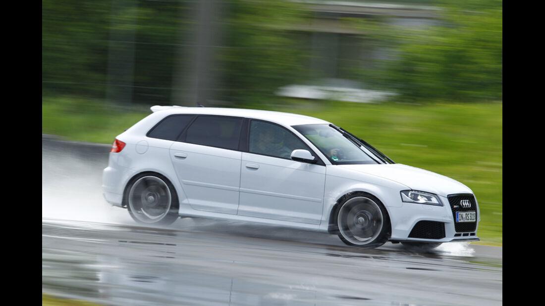Audi RS 3 Sportback, Bremsen, nasse Straße, Nässe, Seitenansicht