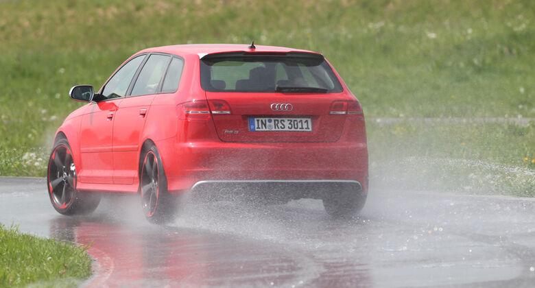 Audi RS3 Sportback, Teststrecke, Rückansicht nasse Straße