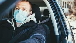 Autofahrer mit Maske