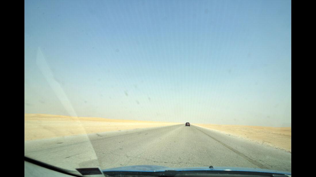 Autofahrt auf einsamer Wüstenstraße