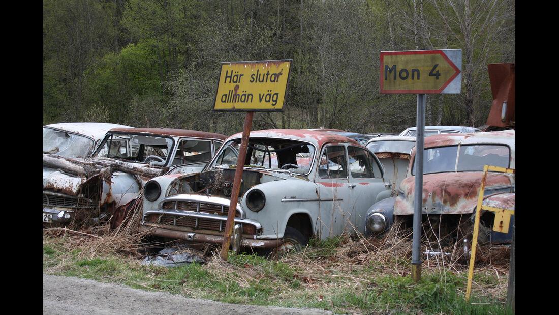 Autofriedhof Bästnäs, Ortsschild