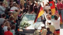 Autokorso 1990 mit Mercedes und Thomas Häßler und Pierre Littbarski