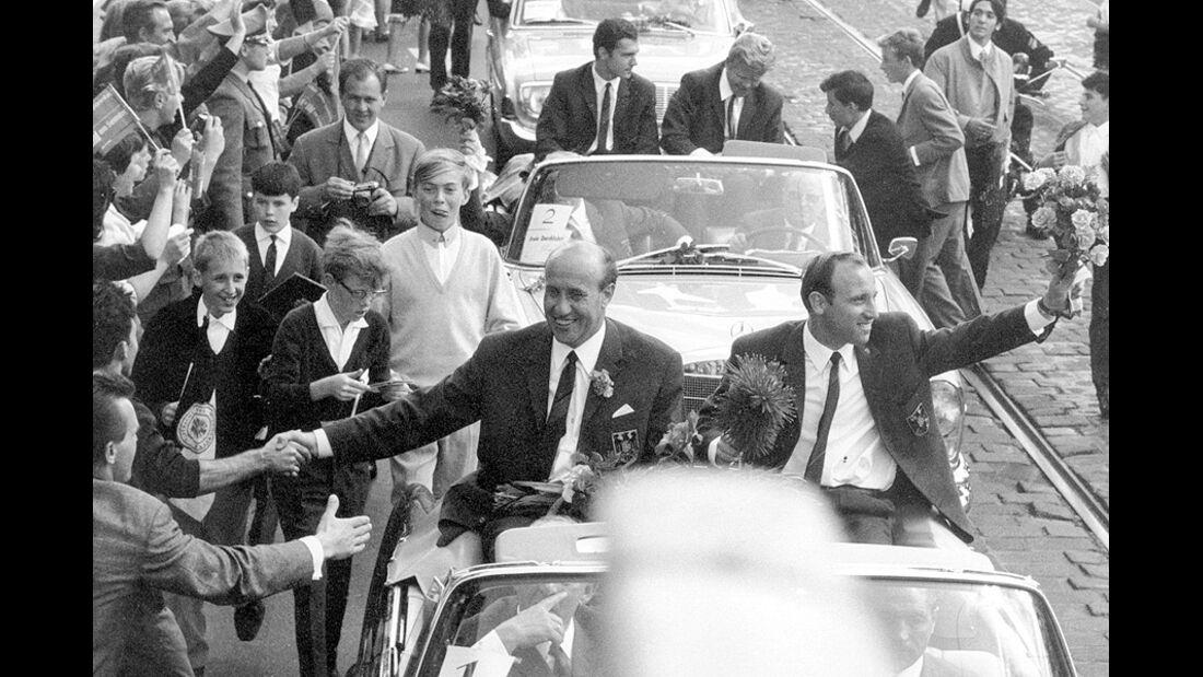 Autokorso Fußballnationalmannschaft 1966 mit Helmut Schön und Uwe Seeler