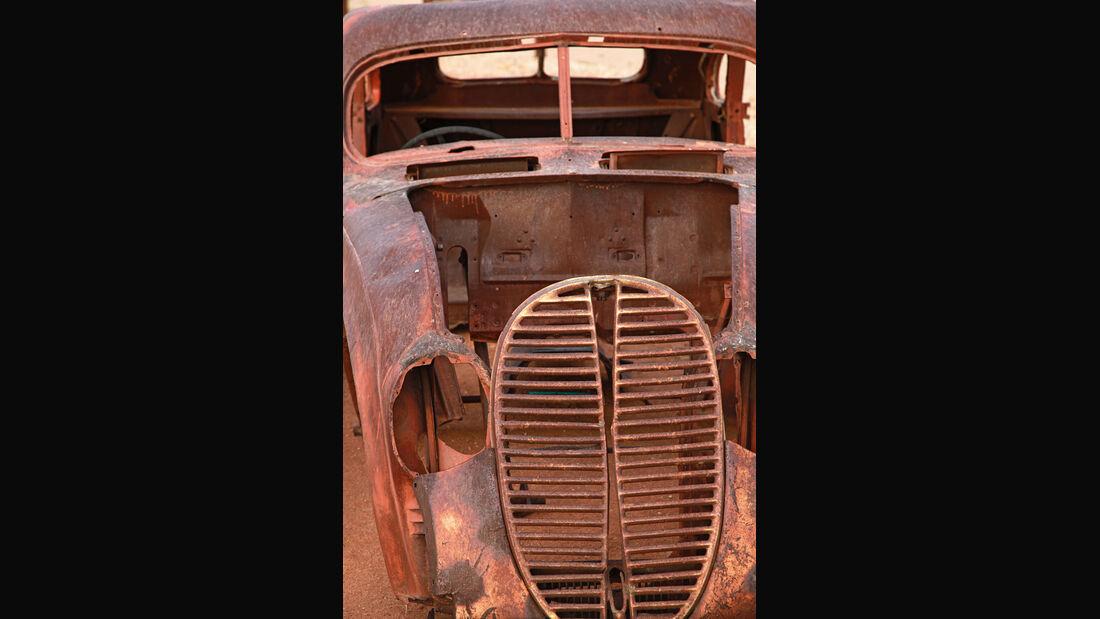 Autowracks in Namibia, Helmeringhausen, Frontansicht