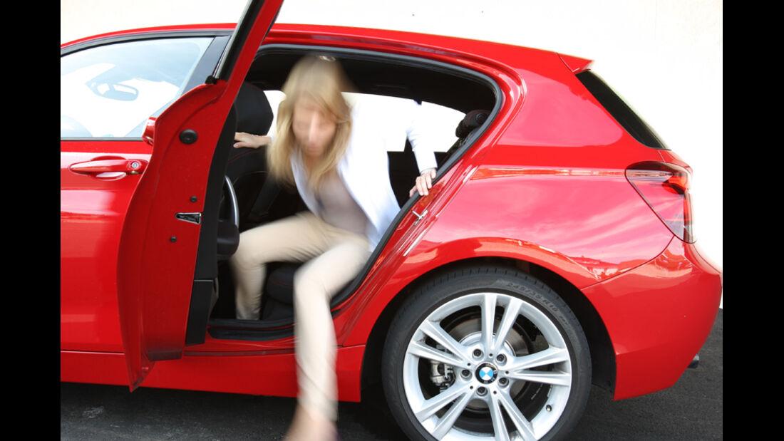 BMW 118i Sport Line, Rücksitz, aussteigen
