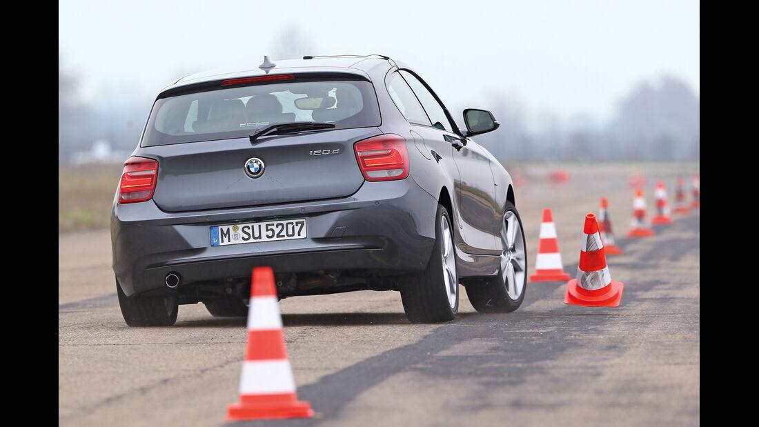 BMW 120d, Heckansicht, Slalom