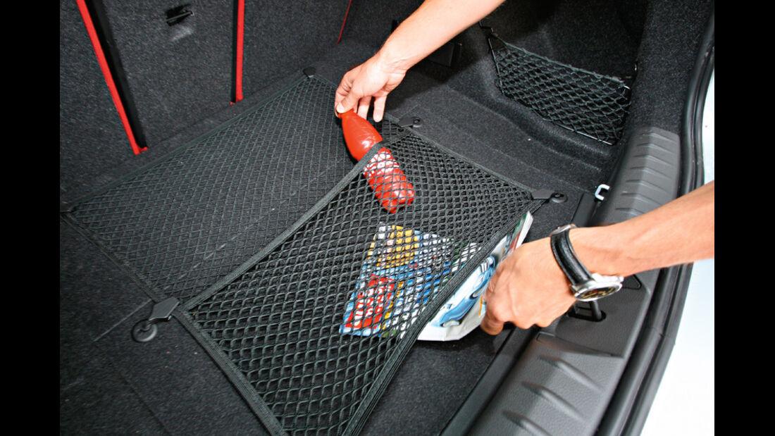 BMW 120d Sport Line, Kofferraum, Netz