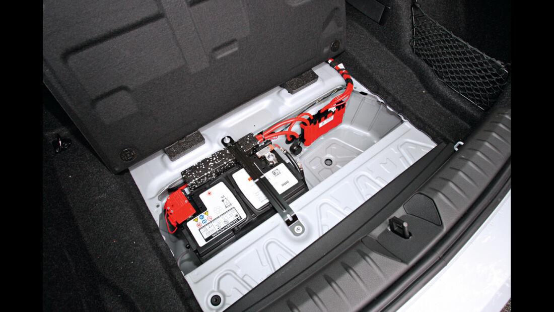 BMW 120d Sport Line, Kofferraumboden, Batterie