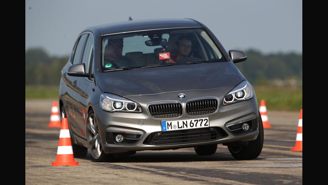 BMW 225i Active Tourer, Frontansicht, Slalom