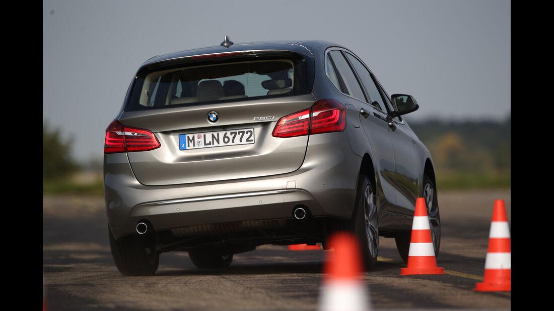 BMW 225i Active Tourer, Heckansicht, Slalom