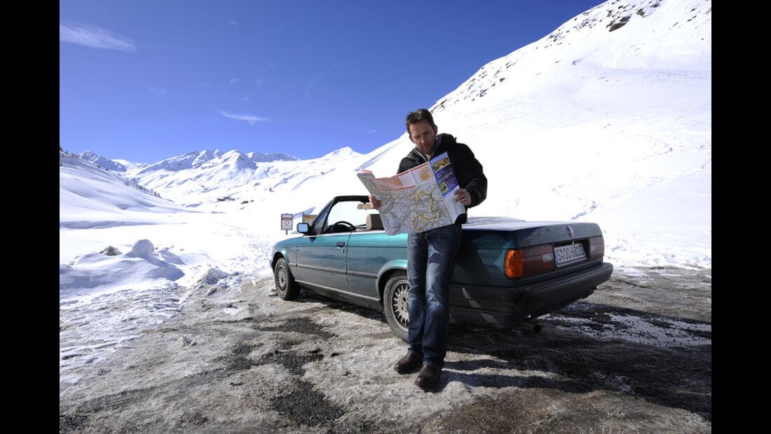 BMW 318i Cabriolet auf dem verschneiten Alpenpass