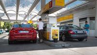 BMW 320i, Mercedes C 200, Heckansicht, Tankstelle