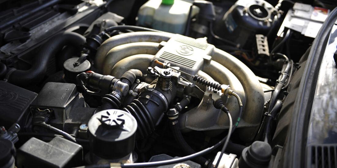 BMW 325i Touring, Motorraum, Detail